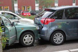 Vrouwen rijden net zo vaak schade als mannen, maar mannen claimen hogere schadebedragen