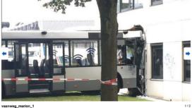 RET-bus rijdt in gevel van SAA