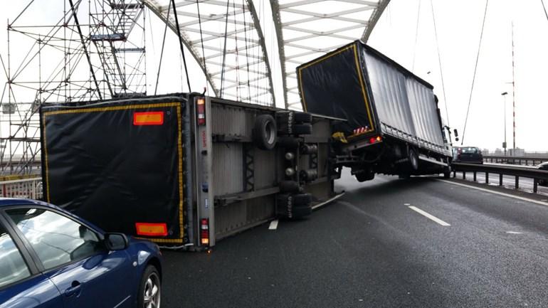 http://amweb.nl.s3-eu-central-1.amazonaws.com/app/uploads/2017/02/Gekantelde-vrachtwagen-A16.jpg