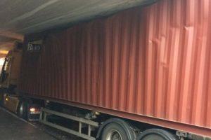 Chauffeur rijdt container klem bij Maastunnel