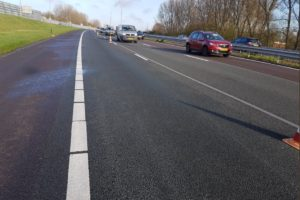 Vrachtwagen verliest deel vorkheftruck: flinke schade medeweggebruikers